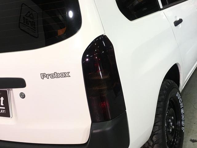 DXコンフォートパッケージ 4WD 2インチリフトアップ マキシス(新品タイヤ)ルーフラック レガリア製シートカバー 木目調ラゲージマット ハンドルカバー 純正ゴムマット ライトレベライザー キーレス 引き出しテーブル(62枚目)