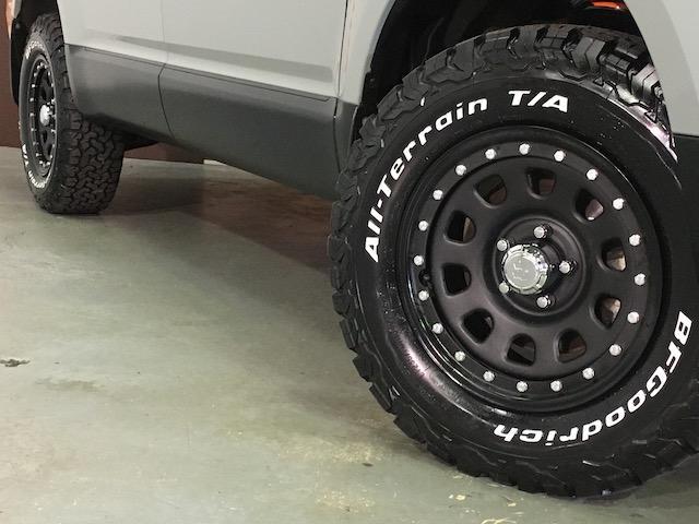 シャモニー NEWペイント/ツイードグレー 1.5インチリフトアップ BFグッドリッチKO2タイヤ新品 TT製16インチAW新品 腰下ラインX調・マッドブラックペイント 切替4WD 前席シートヒーター ETC(21枚目)