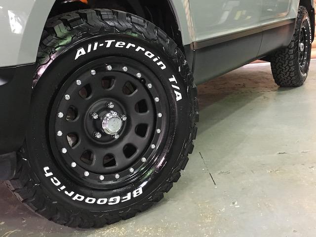 シャモニー NEWペイント/ツイードグレー 1.5インチリフトアップ BFグッドリッチKO2タイヤ新品 TT製16インチAW新品 腰下ラインX調・マッドブラックペイント 切替4WD 前席シートヒーター ETC(22枚目)