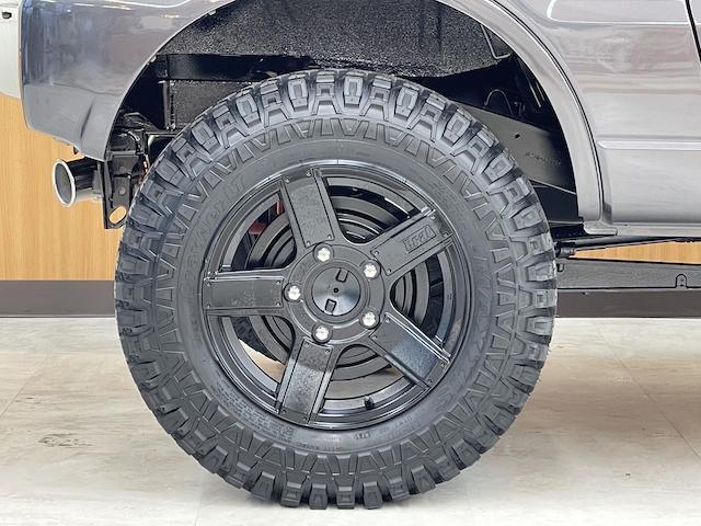 クロスアドベンチャーXC マニュアル車 2インチリフトアップ Bratオリジナル17インチアルミ&リアウィング 新品マキシス6.50R16 フジツボマフラー メッシュグリル LEDテール 各所セミグロスブラックペイント(9枚目)
