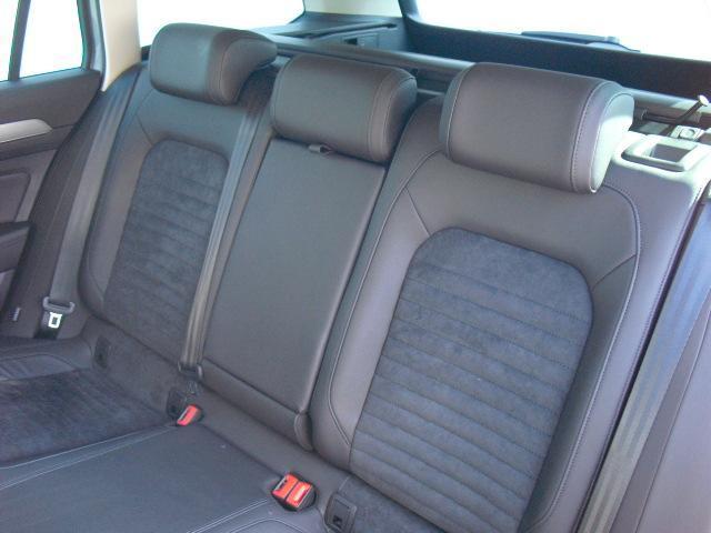 2列目シートです。他社からのお乗換え時、最初は少し姿勢の違いを感じると思います。長時間のドライブでも疲れにくいシート素材やシートポジションへの拘りを体感下さい。