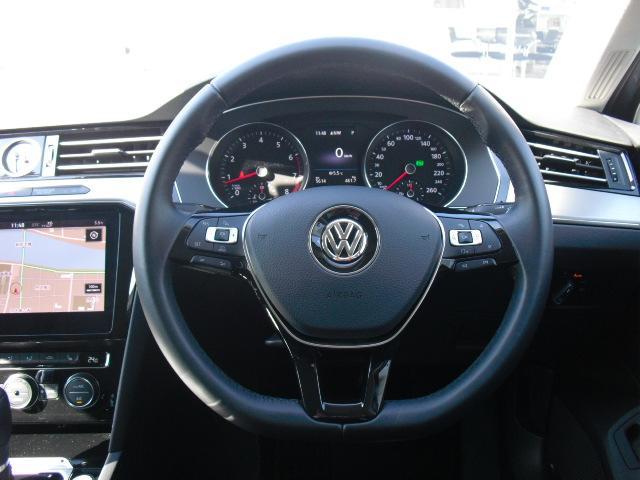ステアリングリモコン付き本革巻きステアリングです。視線をそらさずにオーディオや燃費表示の操作が可能です。