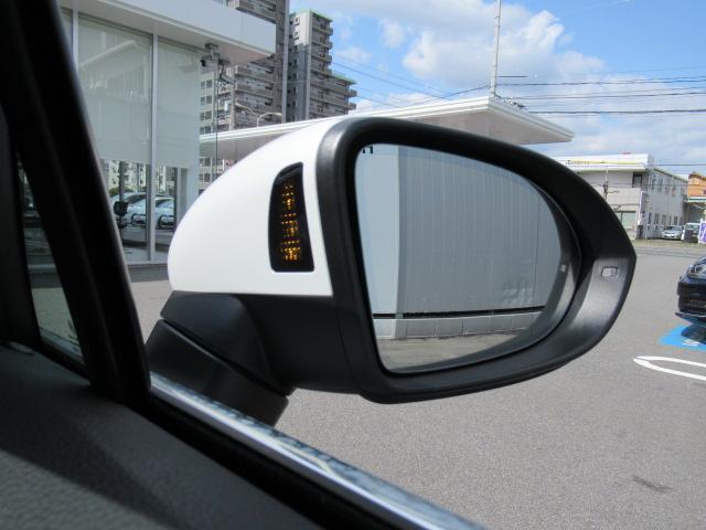 レーンチェンジアシスト付です。車両後方70mまでの範囲で周辺の状況をモニタリング。追い越し車両など死角に潜む危険を察知しドアミラーに内蔵されたランプやステアリングの補正でで注意を促してくれます。
