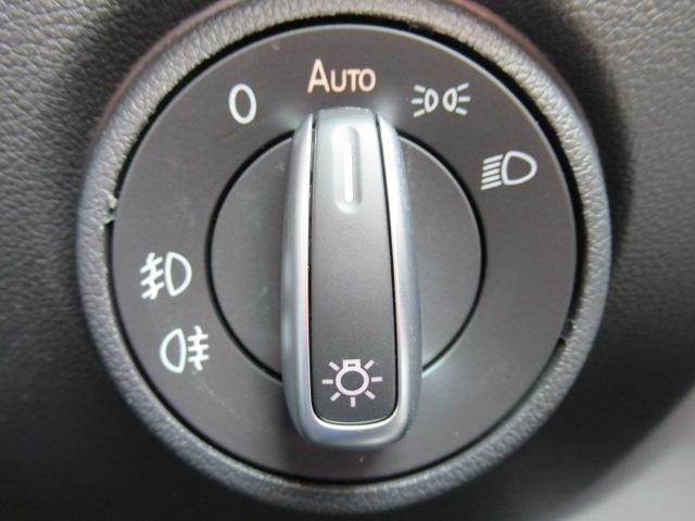ヘッドライトスイッチです。フォグランプやリアフォグランプの操作もスイッチ一つで完結。(*一部車種除く)視点を変えずにドライビングに集中して頂く為の工夫の一つです。