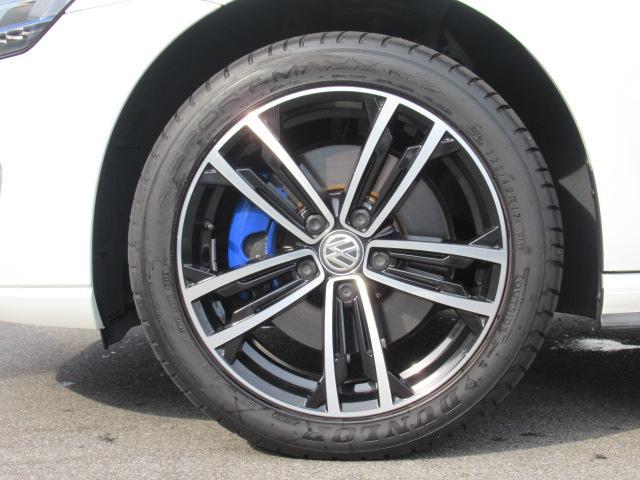 専用アルミホイールは車種グレードごとに設定されており、デザインにすっきりとマッチした印象です。