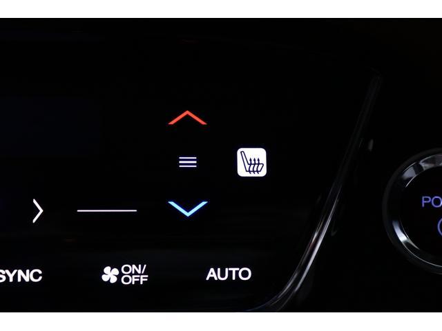 【シートヒーター】 運転席/助手席に装備されています。エンジンをONにしている状態で使用できるシステムです。スイッチを押すと、シートを暖めてくれます。寒い時期には助かる装備です(*´ω`*)