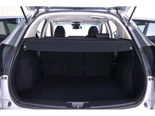 【荷室】 後席を倒さなくても、しっかりと荷物が積める大容量でフラットな荷室です。