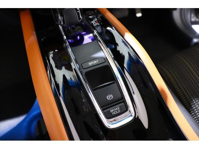 【スポーツモード】 オンにすると、アクセル操作に対する駆動力をより大きく制御するなどエンジン中心の、ハイレスポンスで伸びのある走りになります。メーターの照明色もレッドに切り替わる細かい演出も◎
