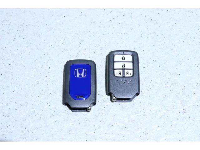 スマートキーです!キーを携帯していれば、ドアやテールゲートの施錠・解錠が行えます!エンジンの始動もラクラク☆