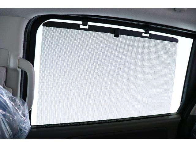 ロールサンシェイド装備です!車内への直射日光の射し込みをやわらげます。