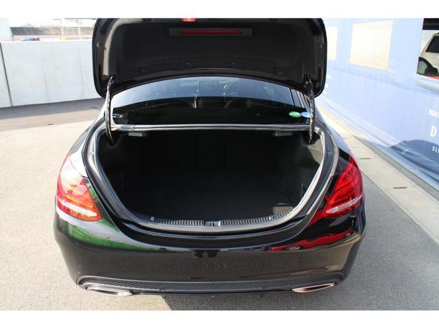 トランクの容量は445リッター(VDA方式)。後席は40:20:40の分割可倒式となり後席シートを倒せば更にトランク容量が増します。