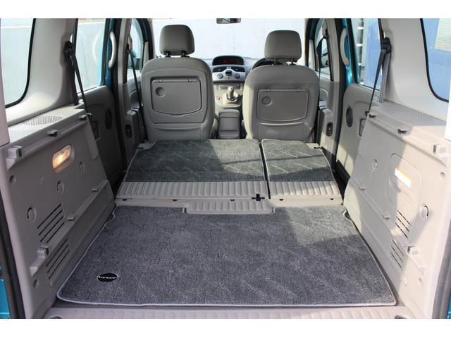 セカンドシートを前方に倒せば、ほぼフラットな状態にアレンジが可能です。背が高くフロアが低いため、車内空間は広く感じます!車中泊も問題なさそうです!!