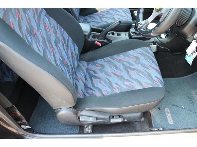運転席シートは、破れもなく綺麗な状態を保っております。