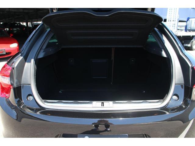 """ラッケージルームは、通常時の荷室容量は465リッターと、実用的な容量を確保し、後席はクッションを跳ね上げて畳む""""ダブルフォールディング""""式を採用しております♪"""