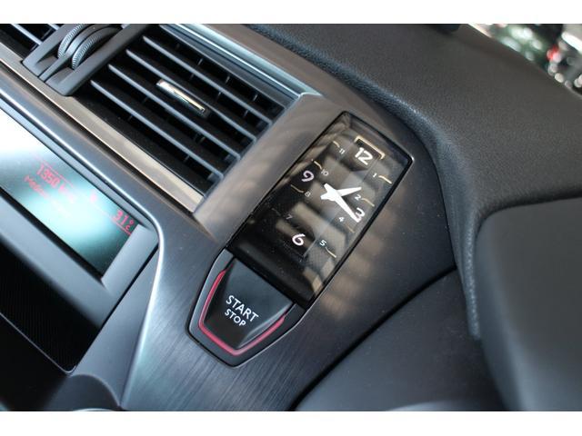 エンジン始動ボタンと一体になったお洒落なアナログ時計♪文字盤のデザインがスイッチ類のレイアウトと統一されています☆