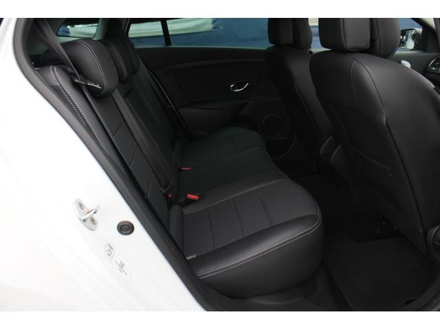 ホイールベースが伸びたことで、ゆとりを増した後席。室内長(ダッシュボードから後席背もたれまでの距離)はハッチバックより6cm長くなり、そのほとんどが後席のスペース向上にあてられています。