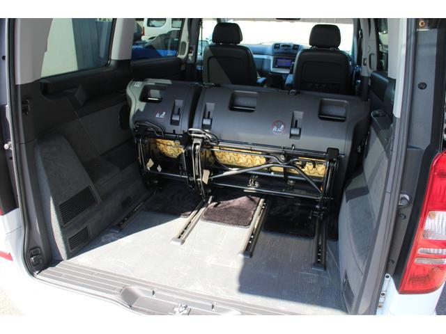 サードシートは取外しも可能ですが、装着のまま前方にスライドも可能!大きめの荷物も載せることが出来ます!