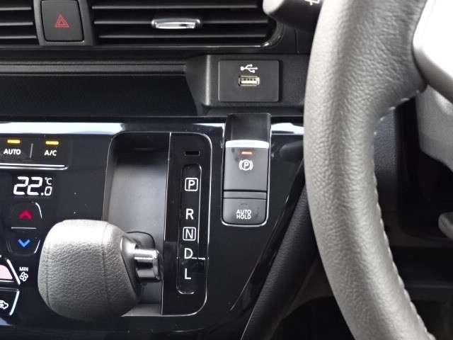 ☆ サイドブレーキは電動式♪信号待ち等で、ブレーキを踏み続ける必要が無いので、ありがたい装備です ☆