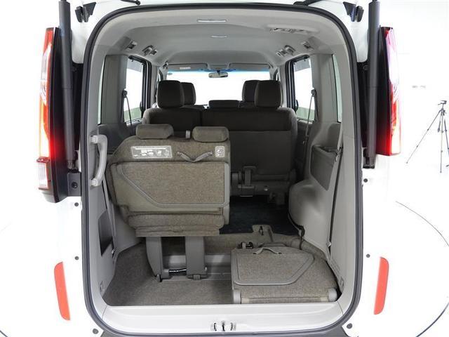 サードシートは下にすっぽり収納されてフラットになります。
