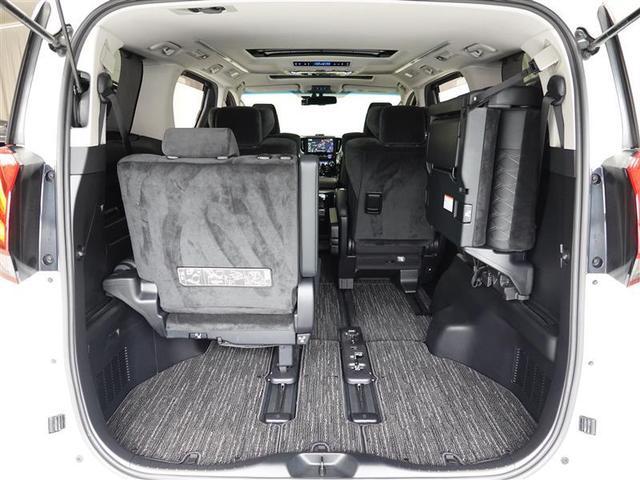 サードシートは跳ね上げ式なのでフロアスペースを有効に活用できます。