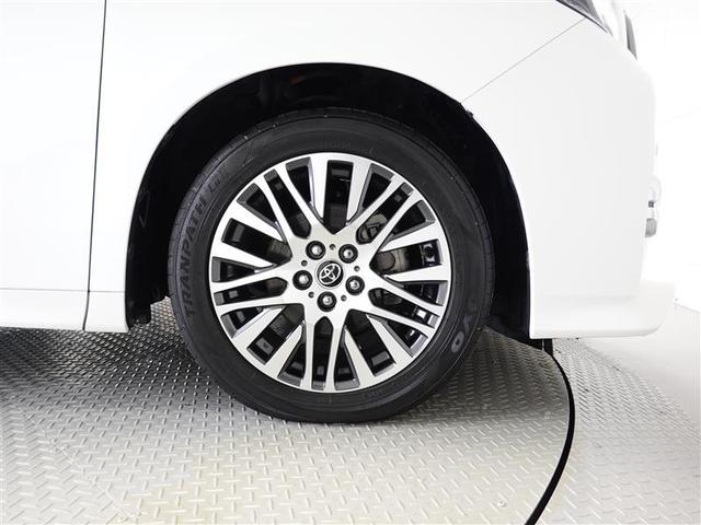 アルミホイール装着、タイヤサイズは235/50R18です。