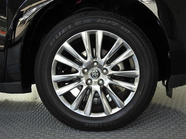 上品な純正アルミホイールを装着。タイヤサイズは235/55R18です。