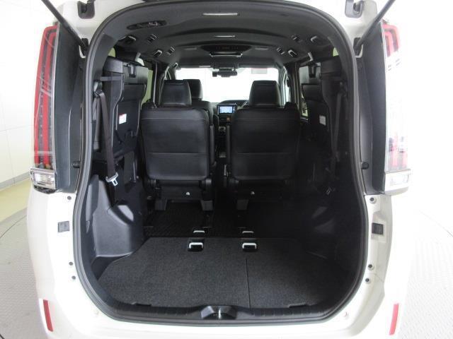 サードシートを上げると、更に荷物が積めます。