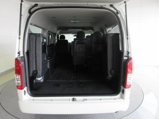 後席シートを上げれば更に荷物が積めます。