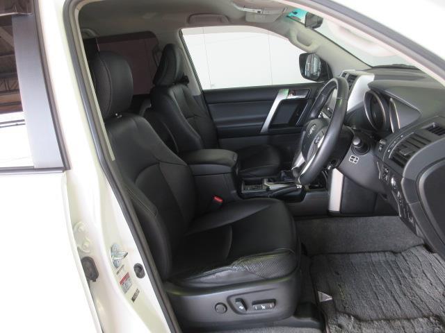 前席パワーシートでシート位置調整も楽です。