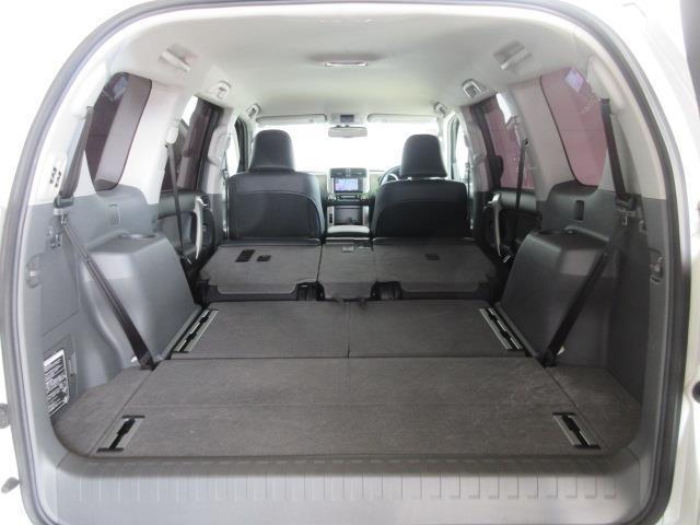 セカンドシート、サードシートを倒せば更に荷物が積めます。
