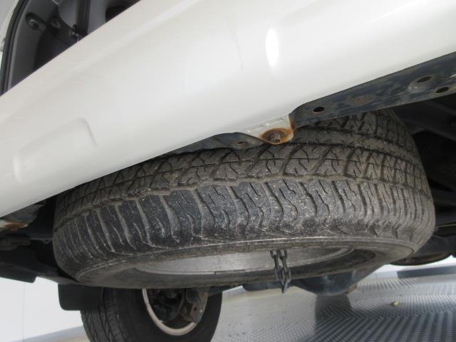 リヤフロアー下に、標準サイズのスペアータイヤを搭載しています。