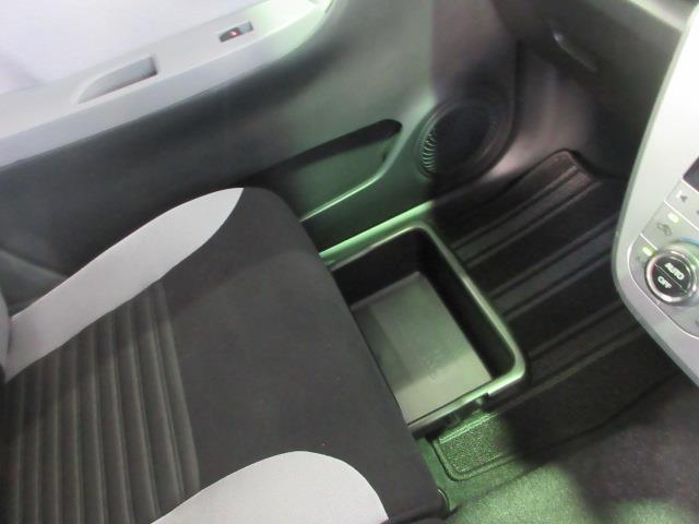 助手席シート下には、大容量のトレイがあって小物の整理もバッチリです。