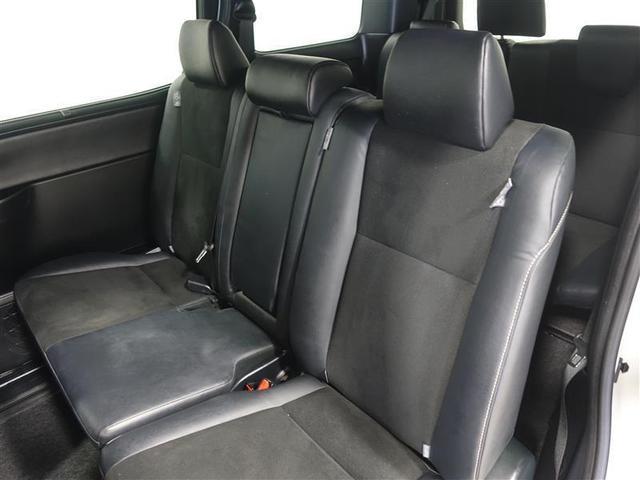 セカンドシートはロングスライドさせると足元広々です。