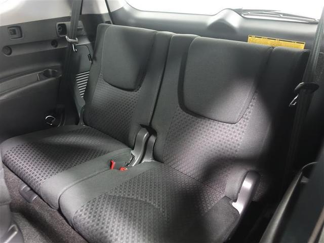 サードシートもしっかりと厚みがあり2人がゆったり座れます。