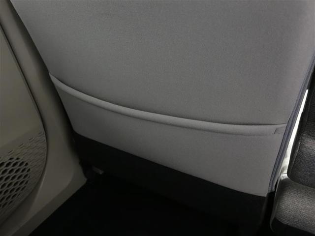 助手席シートの裏には雑誌などを入れて頂けるポケットが装備されています。