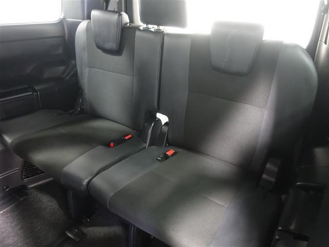サードシートもしっかりと厚みがあり3人がゆったり座れます。