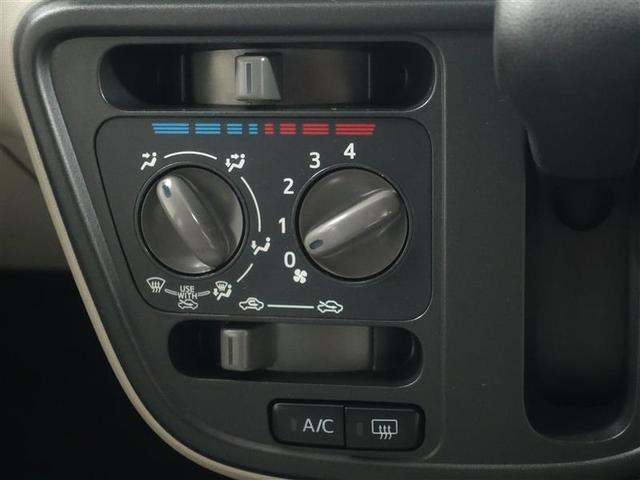 シンプルで使いやすい位置にスイッチがあるマニュアルエアコン車です。