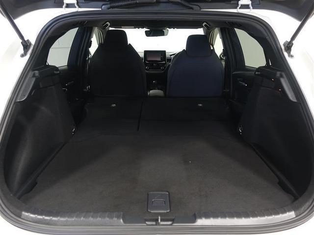 後部座席を倒せば、長さのある荷物も搭載できますよ♪