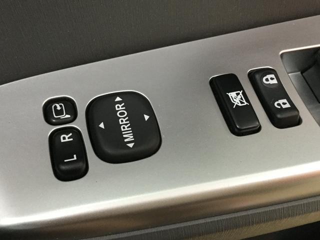 あるととっても便利な電動格納ミラーです!ボタン一つで楽々開閉!買い物やお出かけ先の駐車場で気が付いたら誰かにミラーを傷つけられた・・・なんて事が無いようにしっかり収納しておいてくださいね!!