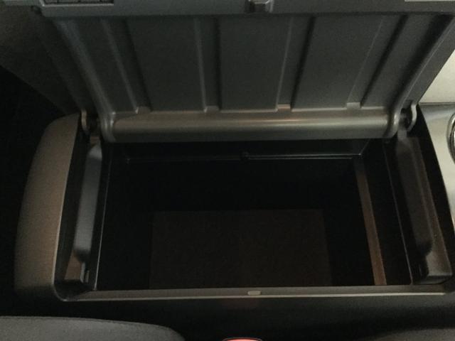 在ると便利な収納ボックス!!ちょっとした書類や小物などを入れておける収納スペースは非常に助かります。携帯の充電器やサングラス、お車のメンテナンスグッズなど意外に入れるものって沢山ありますよね!