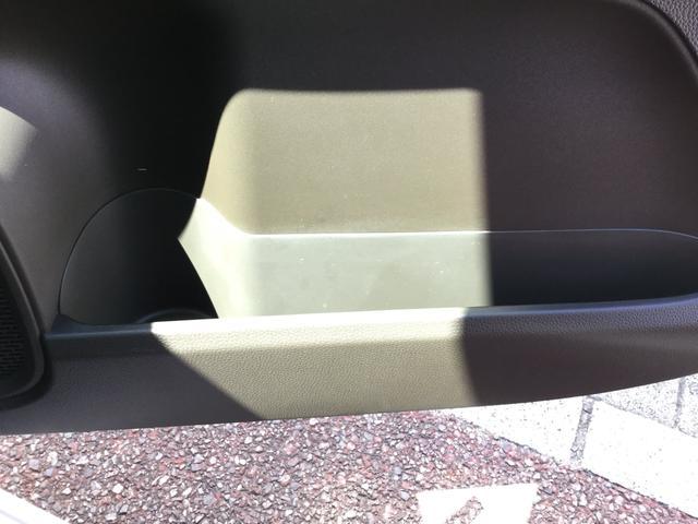 ドアの所にも収納スペースとカップホルダーが装備されています★