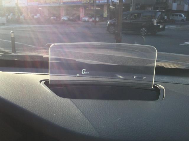 運転中、ドライバーの視線上に車速などを表示するため、ドライバーの視線移動や焦点の調節を減らし、安全運転に貢献します。