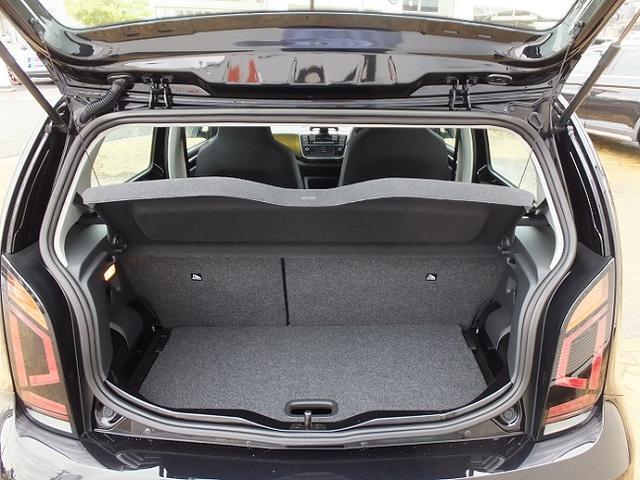 トランクの床は可動式で、深く使うこともできます。
