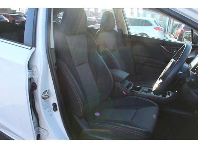 人間工学に基づいた疲れにくいシート!乗員の体重を広い範囲でバランス良く受け止め身体をサポート!道路からの衝撃を吸収する適度な柔らかさ、ロングドライブでの疲れを軽減する適度な硬さなどにも拘っています!