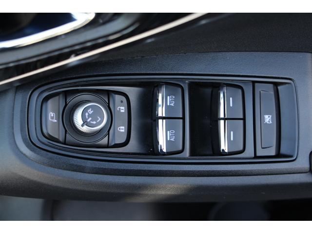 もちろんパワーウインドウ付!便利な電動格納ドアミラーも装備!集中ドアロックのスイッチもコチラです!