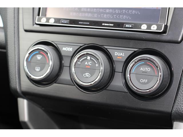 左右独立温度調整機能付きフルオートエアコン。乗る人それぞれの体調や温感の違いに合わせて別々の温度設定が可能です。