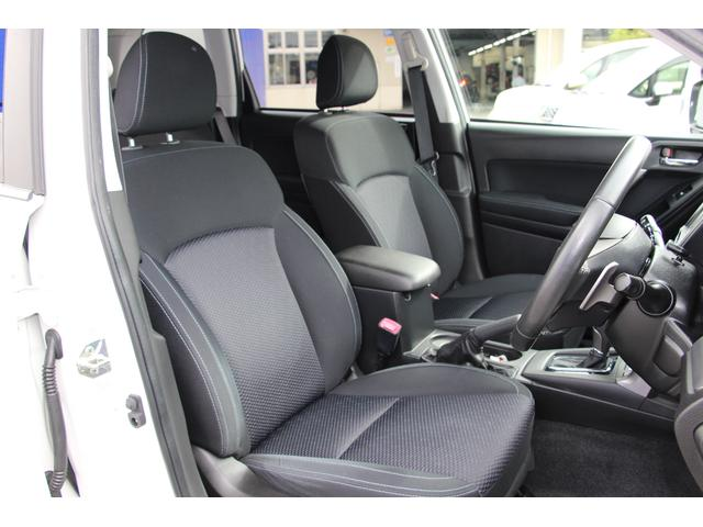 フロントシートは肩周りまでしっかりと包むボリューム感のある形状とすることでSUVならではの振動を和らげ疲労を軽減します。