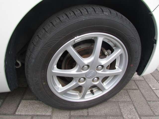 アルミホイールとタイヤの写真です。