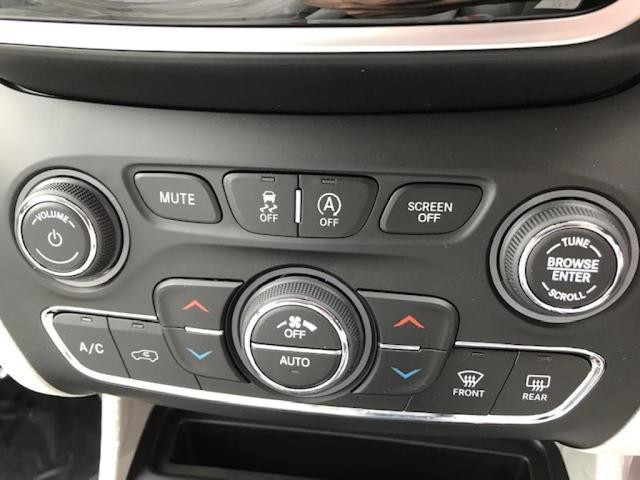 デュアルゾーン温度調整機能付きオートエアコン!