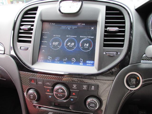 デュアルオートエアコンです。運転席・助手席で温度設定がそれぞれ可能となっております。SDカード・CD挿入口がそれぞれ付いております。